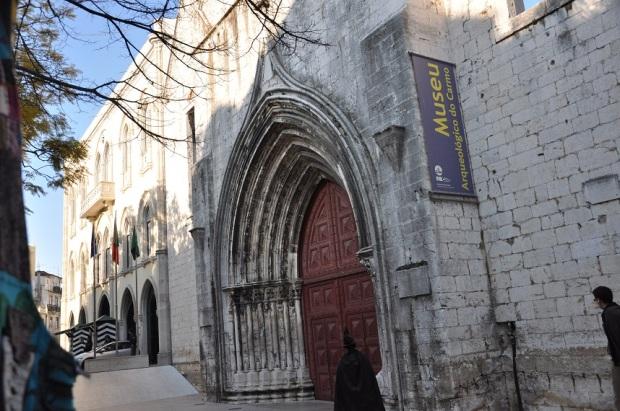 Passamos pelo Convento/Igreja do Carmo, onde tive uma mini aula sobre história de Lisboa (observem o bruxo entrando no prédio).