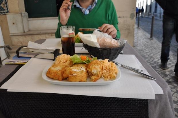 Apesar de estar morrendo de medo de ter uma reação alérgica peço as Pataniscas de bacalhau. O prato são esses bolões de massa leve com aroma do peixe, nada muito abundante. Valeu os 6 euros (acho) do almoço + bebida + sobremesa.