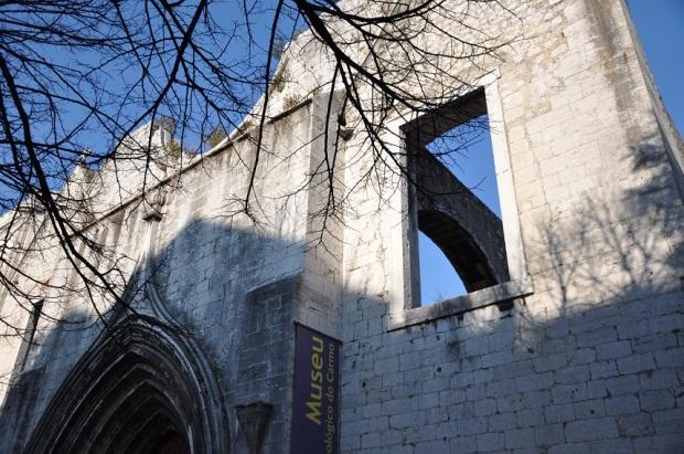 O convento foi parcialmente destruído pelo terremoto de 1755, que destruiu quase toda Lisboa, e o Marquês de Pombal (aqueeele) foi responsável por coordenar a reconstrução da cidade – o que lhe rendeu status e querência política. Além disso, o Marquês aproveitou o tempo livre pra criar a sismologia.