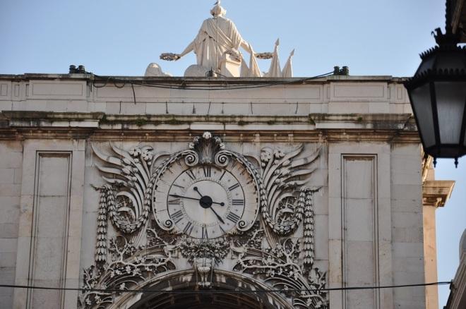 Passamos por esse relojão (Arco da Rua Augusta) que tem a lógica antiga dos algarismos romanos (o 4 é IIII e não IV).