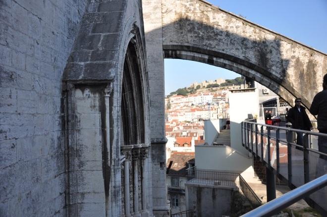 Lisboa acabou sendo uma das primeiras cidades a ter edifícios com tecnologia antissísmica (e boa parte de Lisboa vem dessa reconstrução de 1755, portanto).