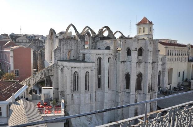 Mas as ruínas do convento foram preservadas (ele não foi reconstruído) como memória da catástrofe.