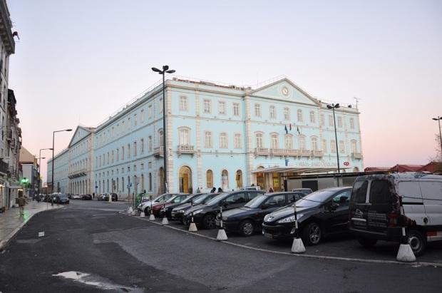 Ao pôr-do-sol, comprei passagem de trem na estação de Santa Apolônia para viajar no outro dia pra Porto.