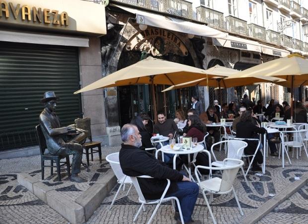 O bar favorito do Fernando Pessoa se chama A brasileira e ainda está lá, assim como uma estátua dele e de uma cadeira, pra quem quiser se sentar #foreveralone.