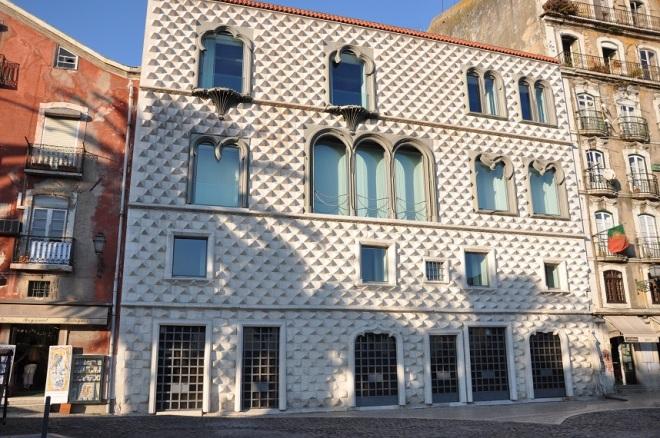 Falando em escritores, em um prédio histórico chamado casa dos bicos (bicos significa boquetes em Português de Portugal de baixo calão), fica a Fundação José Saramago.