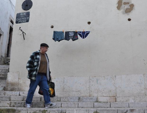 Na rua do Castelo Picão, havia um varal de cuecas. Havia um varal de cuecas, na rua do Castelo Picão.