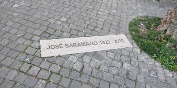 Na frente do mesmo prédio, foram jogadas as cinzas do escritor aos pés de uma oliveira.